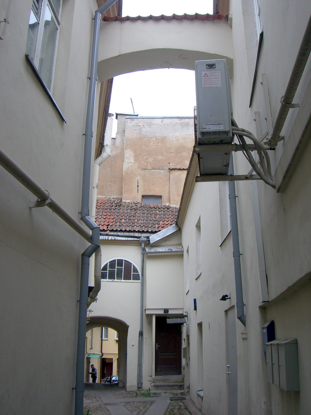 A narrow alley with multiple arches off of Pilies street