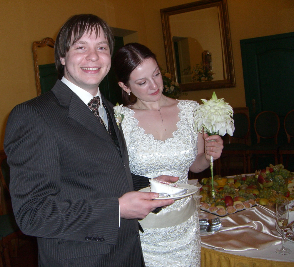 P and M with the wedding cake